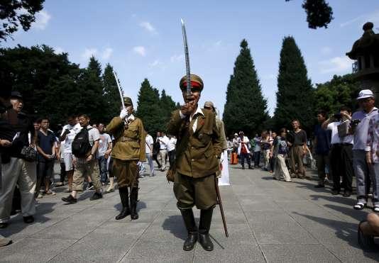 Un homme habillé comme un soldat japonais durant la Seconde guerre mondiale à Tokyo, le 15 août.