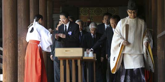 Des visiteurs au sanctuaire Yasukuni, à Tokyo, le 15août.