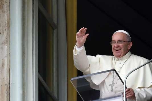 Le pape François, le 16 août 2015, sur la place Saint-Pierre au Vatican.