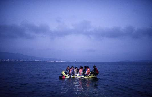 Des migrants à bord d'une petite embarcation arrivent sur l'île grecque de Kos, à l'aube du 16 août 2015.