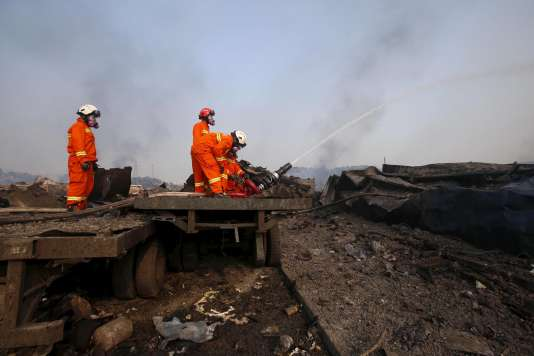 Trois jours après les explosions, les pompiers tentent toujours de maîtriser les flammes, le 15août.