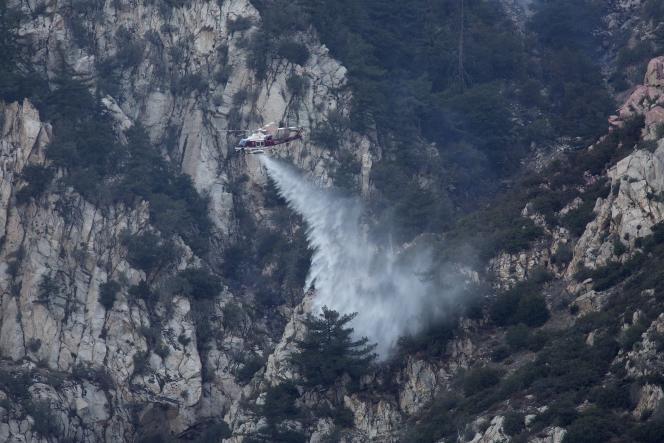 Des pompiers luttent contre un incendie dans la forêt nationale d'Angeles, en Californie, le 15 août.