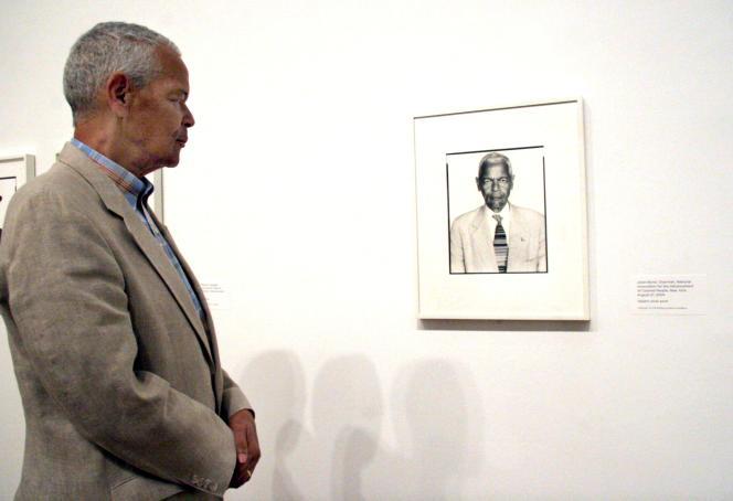 Julian Bond, face à un portrait de lui-même, à Washington, en2008.