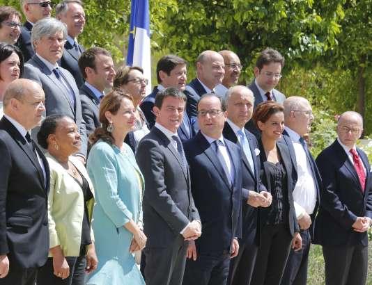 François Hollande, entouré de ses ministres à la sortie du dernier conseil des ministres avant les vacances estivales le 31 juillet.