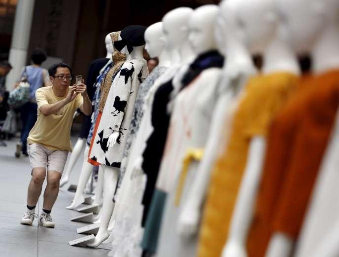 Un homme prend en photo des mannequins lors du Fantashion de Tokyo, le 16août 2015.
