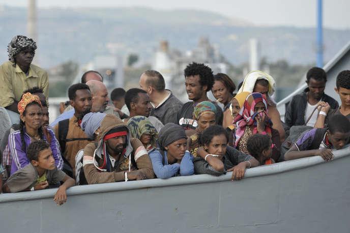 Arrivée de migrants dans le port d'Augusta, près de Syracuse (Sicile), le 16 août.
