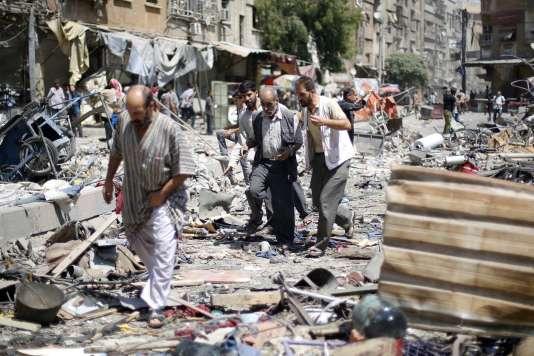 Des raids du régime syrien ont tué près de 100personnes dimanche 16août à Douma, près de Damas.