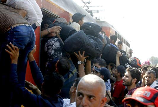 A la frontière entre la Grèce et la Macédoine, à Gevgelija, le 16 août, les trains pour la Serbie sont pris d'assaut par les migrants.
