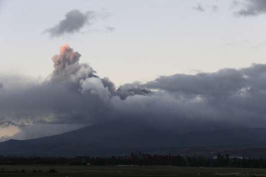 Eruption du Cotopaxi, vue de Latacunga, le 15 août en Equateur.