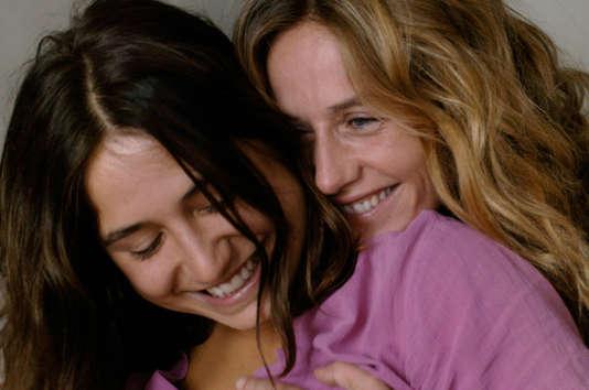 """Izïa Higelin et Cécile de France dans le film français de Catherine Corsini, """"La Belle Saison""""."""