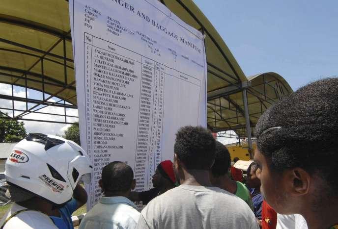 A l'aéroport de Sentani, en Indonésie, la liste des passagers du vol qui s'est écrasé.
