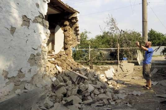 Une maison détruite par des bombardements à Sartana, près de Marioupol, une ville stratégique contrôlée par les autorités ukrainiennes et convoitée par les rebelles prorusses.