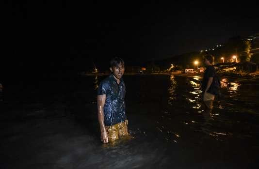 Un migrant cherchant à gagner l'île grecque de Kos, à Bodrum (Turquie), le 17 août.