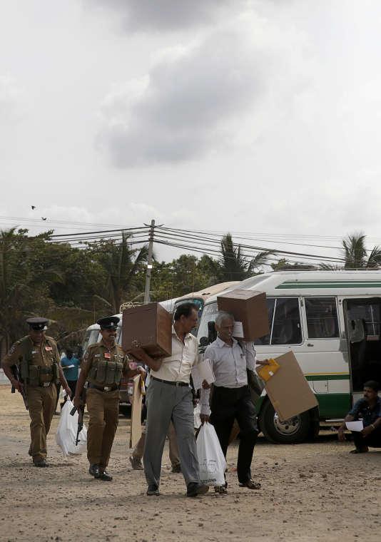 Des officiels distribuent les urnes à Jaffna au Sri Lanka le 16 août 2015.