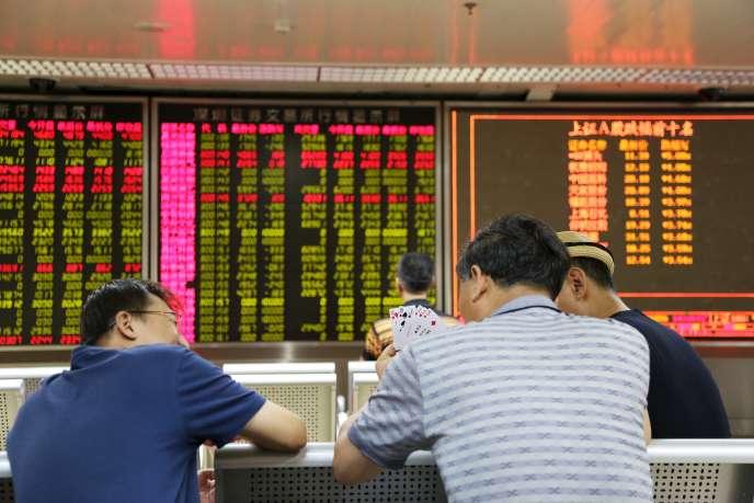 Des investisseurs Chinois dans une maison de courtage a Pékin en août 2015.