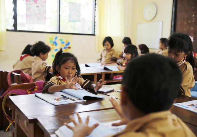 Des enfants comptent dans une école de Jakarta en Indonésie en octobre 2014.