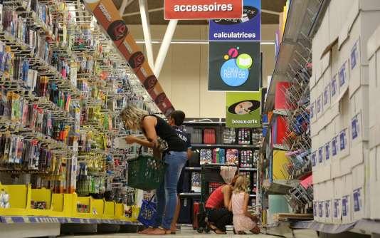 Achat de fournitures pour la rentrée scolaire dans un supermarché à Forbach (Moselle), le 10 août.