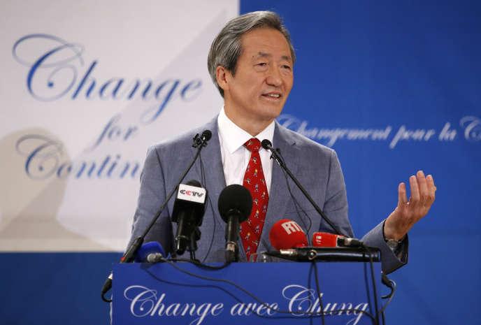 Le Sud-Coréen Chung Mong-joon annonce sa candidature à la présidence de la FIFA, le 17 août à Paris.
