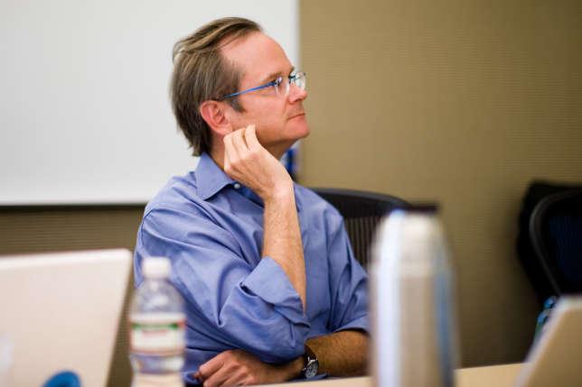 Lawrence Lessig, un des principaux penseurs d'Internet, défend depuis plusieurs années une réforme profonde de la démocratie américaine. De passage à Paris, il a répondu aux questions du « Monde ».