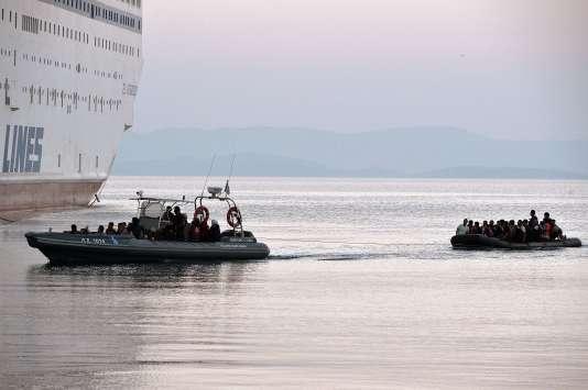 Des réfugiés syriens ramenés au port de Kos, le 17 août, après avoir été interceptés lors de leur traversée en provenance des côtes turques.