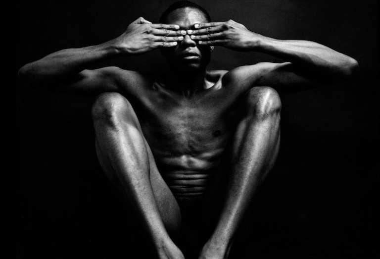 Par son travail sur le corps noir dénudé, le photographe Rotimi Fayode a souvent été comparé à l'Américain Robert Mapplethorpe.