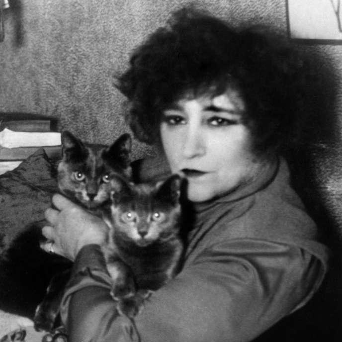 Colette aves ses chats, en 1937 à Paris.