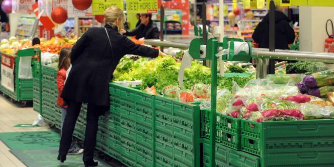 Une femme fait ses courses dans un supermarché de la marque Auchan, à Saint-Sébastien-sur-Loire, près de Nantes,  le 27 décembre 2012.