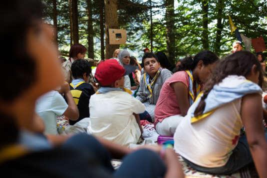 Camps scouts interreligieux rassemblant des Scouts musulmans de France et des Eclaireurs de la nature sur les terrains de l'institut Karma Ling à Avrillard (Savoie) le 7 août.