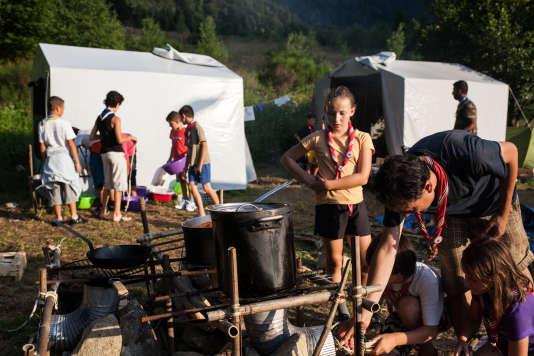 Sur le camp, les tentes sont bien séparées. Mais les cuisines, côte à côte, font office de point de rencontre obligatoire même si seuls certains repas sont partagés.