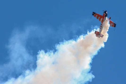 Figure en vol de Louis Vanel, plus jeune pilote (25 ans) de l'équipe de France de voltige, à bord d'un Extra 330 SC.