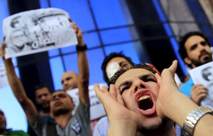 La loi punit la presse et toute expression publique, y compris sur les réseaux sociaux, qui contredirait les déclarations officielles du régime en matière de terrorisme. Ici des manifestations pour la détention du photo journaliste Ahmed Ramadan., le 17 août.