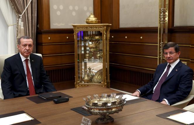 Le premier ministre turc, Ahmed Davutoglu, a rencontré, mardi 18 août, le président Recep Tayyip Erdogan pour l'informer de son échec à former un gouvernement de coalition.