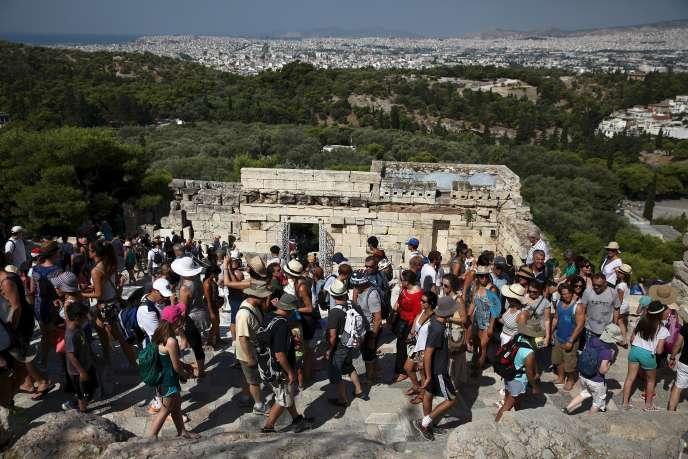 Des touristes sur l'Acropole, à Athènes le 4 août 2015.