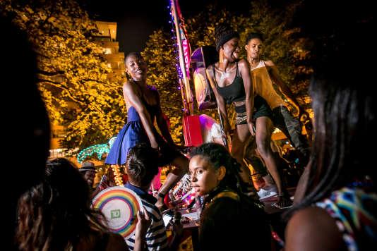 Musique et danse le soir à Dupont Circle National Park, Washington, le 13 juin.