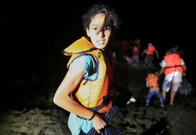 Une réfugiée embarque de nuit sur un canot à Bodrum en Turquie dans le but de rejoindre l'île grecque de Kos, le 18 août 2015.