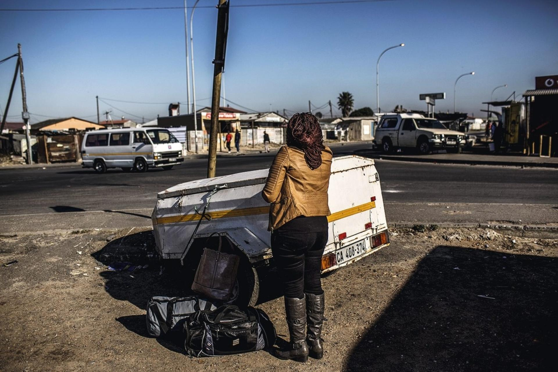 Les taxis-minibus sont indispensables aux habitants les plus pauvres, qui vivent loin du centre-ville, comme ici dans le township de Khayelitsha, situé à 30 km  du Cap.