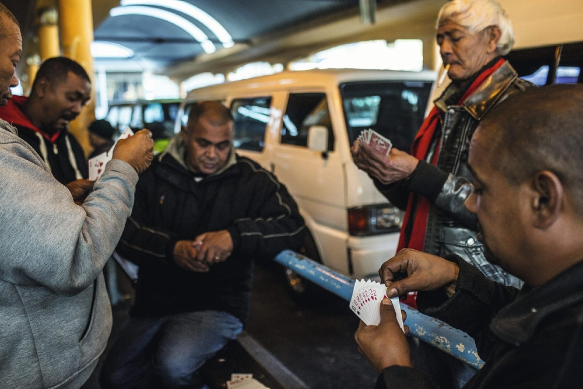 L'absence d'horaires peut désorienter le voyageur occidental : un taxi-minibus ne quitte la gare routière que quand il est plein. En attendant,  les chauffeurs discutent et jouent aux cartes.
