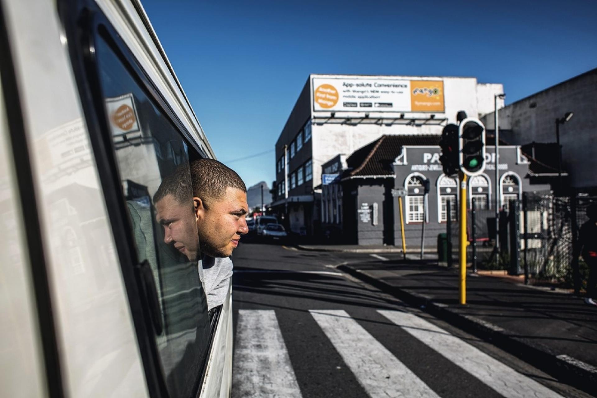 Mario Romario, 21 ans, travaille avec son père Louie, chauffeur dans le quartier de Kensington. Il récolte l'argent, attribue les places libres et attire les clients en les hélant ou en les klaxonnant.
