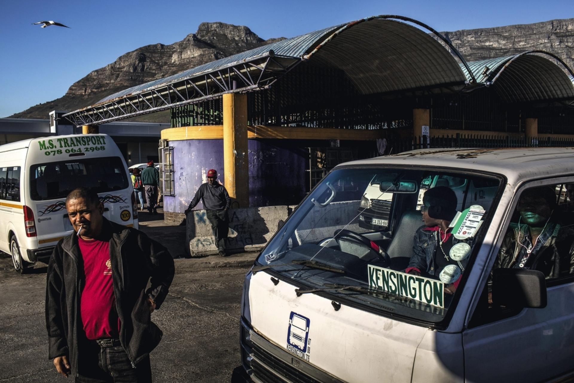 La gare routière du Cap grouille d'activité jour et nuit. C'est le centre névralgique des taxis-minibus, qui arrivent et repartent sans cesse de tous les quartiers de la ville.