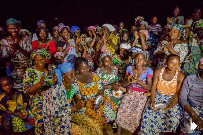 Des femmes du village Pahou, au Bénin, où des équipements pour l'énergie solaire seront installés grâce au projet Akon Lighting Africa.