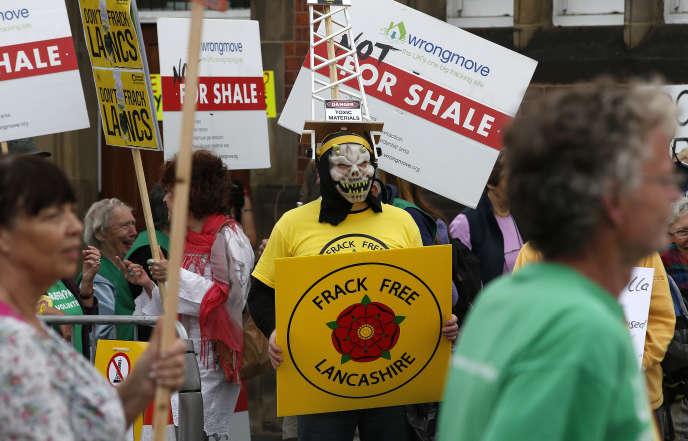 Manifestation d'opposants à la fracturation hydraulique, à Preston, en Angleterre, le 29 juin.