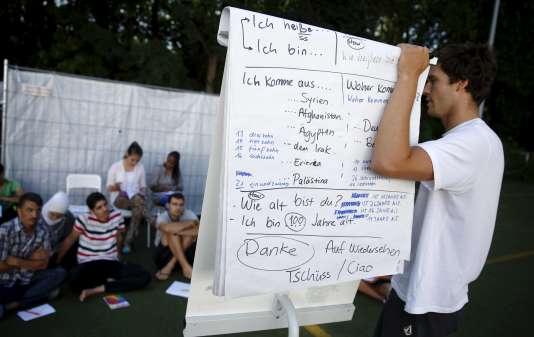Un volontaire donne des cours d'allemand aux réfugiés, le 3 août dans le quartier de Moabit, à Berlin.