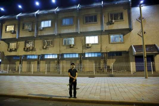 Un habitant de Tianjin se recueille le 18 août, six jours après la catastrophe.