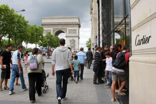 Sur l'avenue des Champs-Elysées, à Paris.