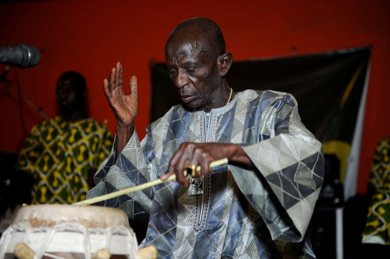 Le percussionniste sénégalais Doudou N'diaye Rose lors d'un concert à Dakar en avril 2013.