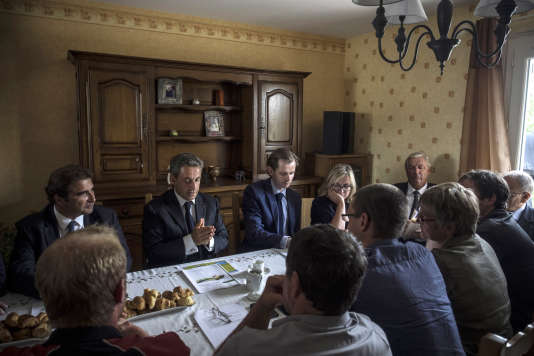 Nicolas Sarkozy, président du parti Les Républicains, rencontre des agriculteurs dans une exploitation agricole, le 19août à Saint-Privé, dans l'Yonne.