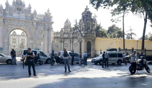 Des policiers sécurisent l'entrée du palais de Dolmabahçe, après une fusillade survenue mercredi 19 août.