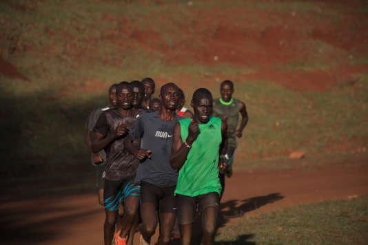 Des coureurs professionnels s'entraînent à Kamariny. Ils vivent à quelques centaines de mètres du stade dans le Kamariny Training Camp, dans une maison en bois et dorment à quatre par chambre. Ils ont un entraîneur et un manageur bien qu'ils ne soient payés que lorsqu'ils remportent des compétitions.