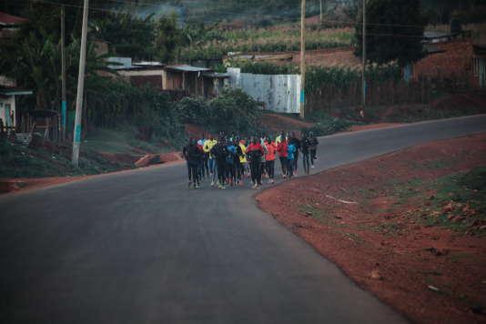 Un groupe de coureurs autonomes, à l'entraînement sur une route d'Iten.