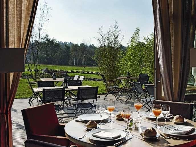 Les cuisines des Jardins Sauvages, à La Gacilly, sont dirigées par Gilles Le Gallès, qui a été formé par Bernard Loiseau.